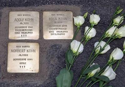 Drei Stolpersteine für die verschleppte und ermordete Familie Kohn